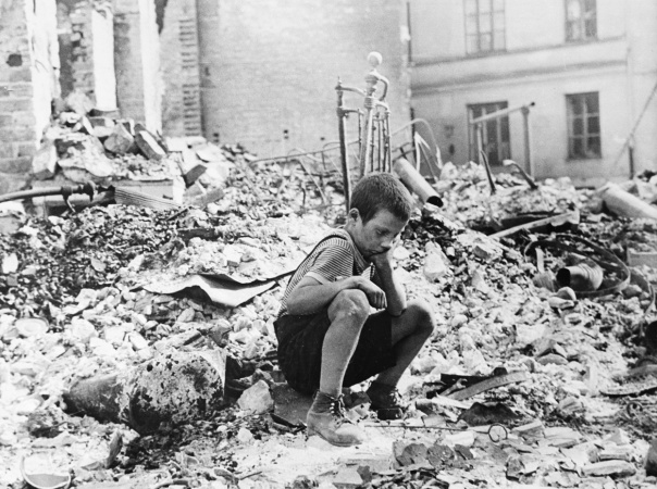 Polish_kid_in_the_ruins_of_Warsaw_September_1939